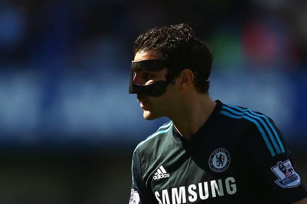 Cesc Fabregas Bertopeng Seperti Robin